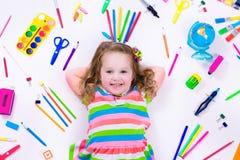Μικρό κορίτσι με τις σχολικές προμήθειες Στοκ εικόνες με δικαίωμα ελεύθερης χρήσης