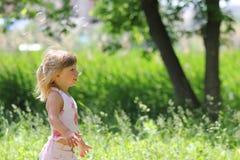 Μικρό κορίτσι με τις φυσαλίδες σαπουνιών Στοκ Εικόνες