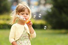 Μικρό κορίτσι με τις φυσαλίδες σαπουνιών Στοκ εικόνα με δικαίωμα ελεύθερης χρήσης