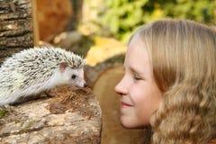 Μικρό κορίτσι με τον αφρικανικό pygmy σκαντζόχοιρο κατοικίδιων ζώων της στοκ εικόνες με δικαίωμα ελεύθερης χρήσης