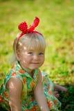 Μικρό κορίτσι με τον επίδεσμο στην επικεφαλής συνεδρίαση στοκ φωτογραφία με δικαίωμα ελεύθερης χρήσης