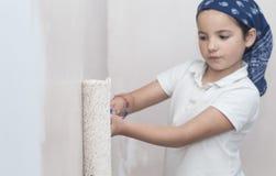 Μικρό κορίτσι με τον κύλινδρο χρωμάτων υπό εξέταση στοκ φωτογραφίες με δικαίωμα ελεύθερης χρήσης
