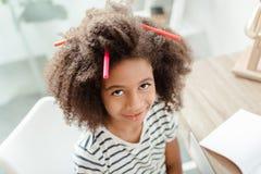 Μικρό κορίτσι με τους δείκτες στην τρίχα Στοκ φωτογραφία με δικαίωμα ελεύθερης χρήσης