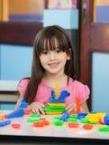 Μικρό κορίτσι με τους φραγμούς κατασκευής στην τάξη στοκ φωτογραφία με δικαίωμα ελεύθερης χρήσης
