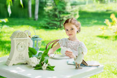 Μικρό κορίτσι με το άσπρο φλυτζάνι υπαίθριο Στοκ εικόνα με δικαίωμα ελεύθερης χρήσης