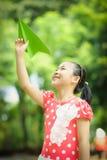 Μικρό κορίτσι με το έγγραφο ariplane Στοκ φωτογραφίες με δικαίωμα ελεύθερης χρήσης