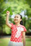 Μικρό κορίτσι με το έγγραφο ariplane Στοκ Εικόνα