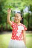 Μικρό κορίτσι με το έγγραφο ariplane Στοκ φωτογραφία με δικαίωμα ελεύθερης χρήσης