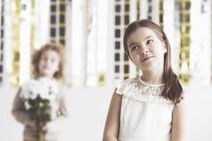 Μικρό κορίτσι με το δίλημμα καρδιών Στοκ εικόνα με δικαίωμα ελεύθερης χρήσης