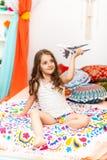 Μικρό κορίτσι με το αεροπλάνο στο αραβικό εσωτερικό Στοκ Φωτογραφία