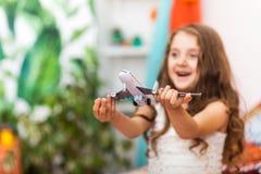Μικρό κορίτσι με το αεροπλάνο στο αραβικό εσωτερικό Στοκ εικόνα με δικαίωμα ελεύθερης χρήσης
