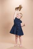 Μικρό κορίτσι με το αεροπλάνο Στοκ φωτογραφία με δικαίωμα ελεύθερης χρήσης