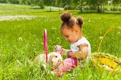 Μικρό κορίτσι με το ανατολικό αυγό και κουνέλι στο πάρκο Στοκ Εικόνα