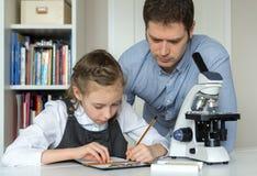 Μικρό κορίτσι με το δάσκαλο Στοκ Εικόνες