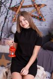 Μικρό κορίτσι με το διακοσμητικό εκλεκτής ποιότητας λαμπτήρα Στοκ Φωτογραφίες