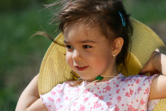 Μικρό κορίτσι με το καπέλο και τρίχα στον αέρα Στοκ εικόνες με δικαίωμα ελεύθερης χρήσης