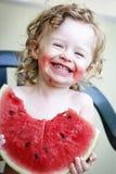 Μικρό κορίτσι με το καρπούζι στοκ εικόνα με δικαίωμα ελεύθερης χρήσης