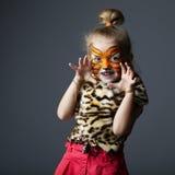 Μικρό κορίτσι με το κοστούμι τιγρών Στοκ Εικόνες