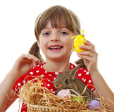 Μικρό κορίτσι με το κουνέλι Πάσχας και αυγά Πάσχας που απομονώνονται στο λευκό Στοκ Εικόνες