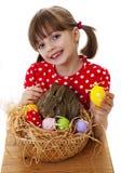 Μικρό κορίτσι με το κουνέλι Πάσχας και τα αυγά Πάσχας Στοκ Εικόνες