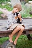 Μικρό κορίτσι με το κουτάβι Στοκ Φωτογραφία