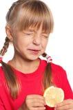 Μικρό κορίτσι με το λεμόνι Στοκ Εικόνες
