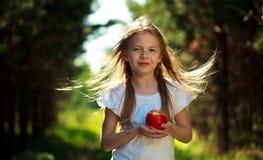 Μικρό κορίτσι με το μήλο Στοκ φωτογραφία με δικαίωμα ελεύθερης χρήσης