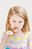 Μικρό κορίτσι με το μακρυμάλλες παγωτό κατανάλωσης Στοκ Εικόνες
