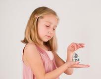 Μικρό κορίτσι με το παιχνίδι Χριστουγέννων στοκ εικόνες με δικαίωμα ελεύθερης χρήσης