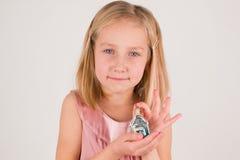 Μικρό κορίτσι με το παιχνίδι Χριστουγέννων στοκ φωτογραφίες