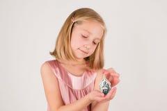 Μικρό κορίτσι με το παιχνίδι Χριστουγέννων στοκ εικόνες