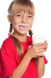 Μικρό κορίτσι με το ποτήρι του γάλακτος Στοκ φωτογραφία με δικαίωμα ελεύθερης χρήσης