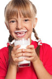 Μικρό κορίτσι με το ποτήρι του γάλακτος Στοκ Φωτογραφία