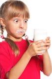 Μικρό κορίτσι με το ποτήρι του γάλακτος Στοκ εικόνες με δικαίωμα ελεύθερης χρήσης