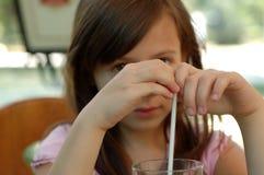 Μικρό κορίτσι με το ποτό Στοκ Εικόνες