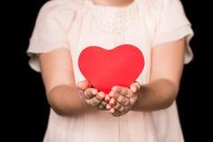 Μικρό κορίτσι με το σημάδι καρδιών Στοκ εικόνες με δικαίωμα ελεύθερης χρήσης