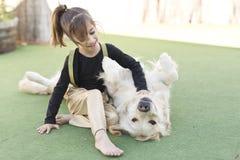 Μικρό κορίτσι με το σκυλί της Στοκ φωτογραφία με δικαίωμα ελεύθερης χρήσης