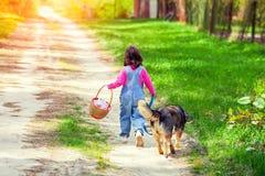 Μικρό κορίτσι με το σκυλί Στοκ φωτογραφία με δικαίωμα ελεύθερης χρήσης