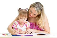 Μικρό κορίτσι με το σχέδιο μητέρων με την πέννα χρώματος Στοκ Φωτογραφία