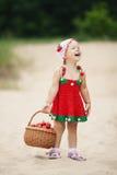 Μικρό κορίτσι με το σύνολο καλαθιών των φραουλών Στοκ Εικόνα