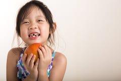 Μικρό κορίτσι με το υπόβαθρο της Apple της Apple/εκμετάλλευσης μικρών κοριτσιών Στοκ Φωτογραφίες