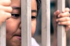 Μικρό κορίτσι με το φράκτη μετάλλων, που δεν αισθάνεται καμία ελευθερία Στοκ φωτογραφίες με δικαίωμα ελεύθερης χρήσης