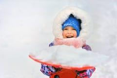 Μικρό κορίτσι με το χιόνι στο τηγάνι Στοκ Εικόνα