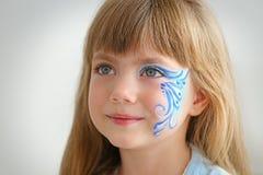 Μικρό κορίτσι με το aqua makeup στο υπόβαθρο Στοκ Εικόνα