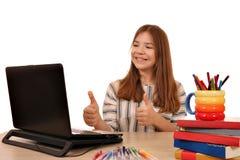 Μικρό κορίτσι με το lap-top και τους αντίχειρες επάνω στοκ φωτογραφία με δικαίωμα ελεύθερης χρήσης