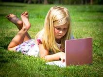 Μικρό κορίτσι με το lap-top Στοκ Φωτογραφία