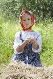 Μικρό κορίτσι με camomile τα λουλούδια Στοκ Φωτογραφίες