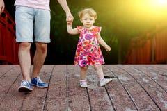 Μικρό κορίτσι με dad& x27 το χέρι του s πηγαίνει πέρα από τη γέφυρα Στοκ Φωτογραφία