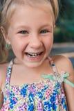 Μικρό κορίτσι με orthodontics τη συσκευή και το wobbly δόντι στοκ εικόνα με δικαίωμα ελεύθερης χρήσης
