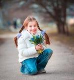 Μικρό κορίτσι με snowdrops Στοκ Φωτογραφίες